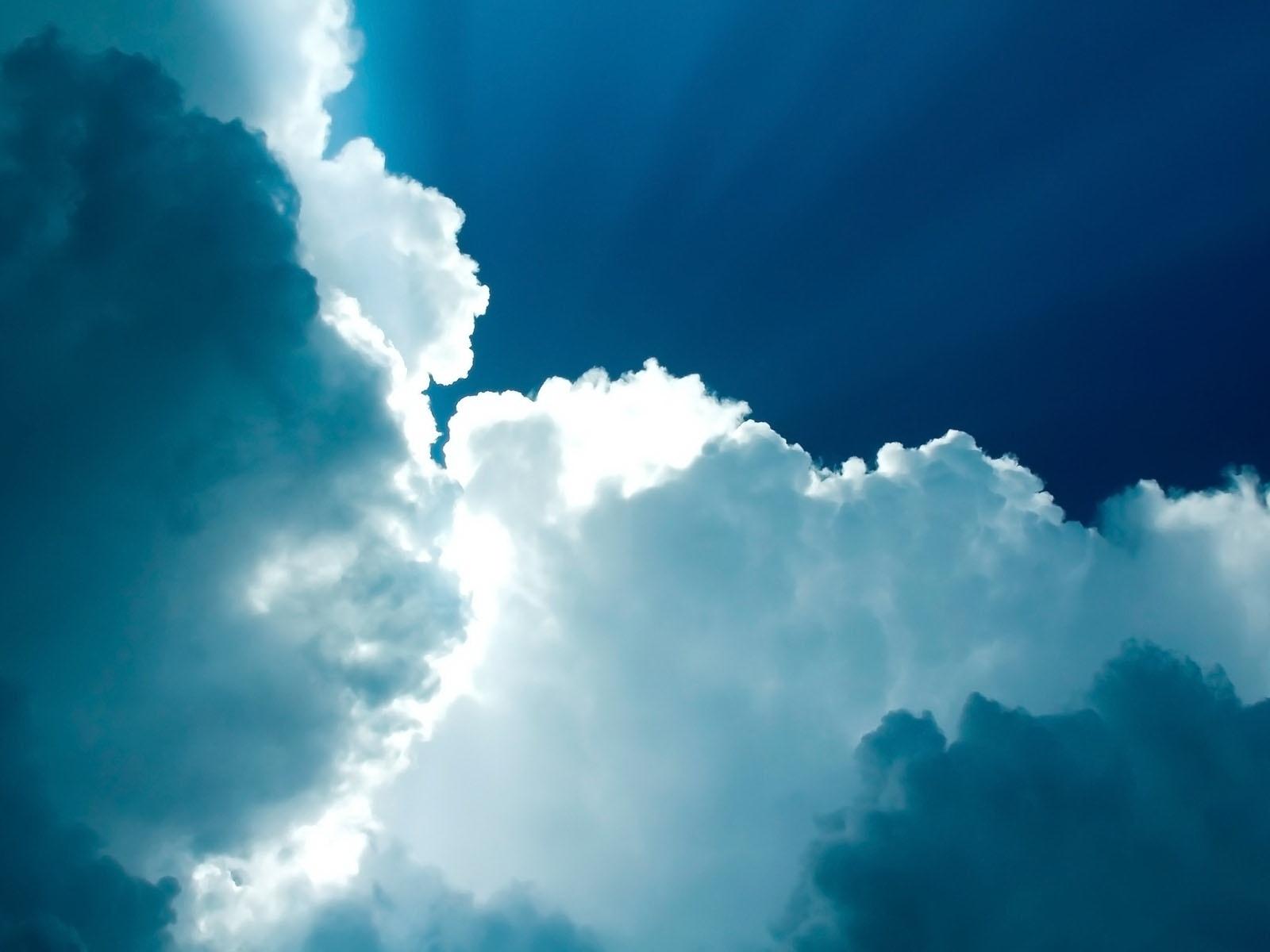 5403-nuages-et-ciel-tres-bleu-viaa